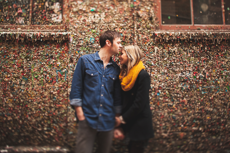 couple kissing at gum wall in seattle